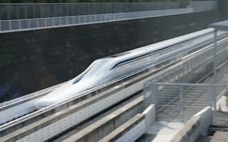 山梨リニア実験センターで時速500キロの試験走行をするリニア中央新幹線