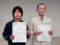 第21回OMS戯曲賞大賞を受賞した土橋(左)と佳作の田中(大阪市中央区)