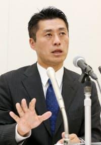 民主党代表選への出馬を正式表明し、政策などを説明する細野氏(19日、衆院第1議員会館)