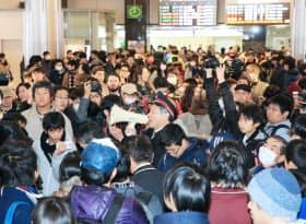 東京駅開業100周年の記念Suicaの販売が中止され、購入できなかった人で混雑するJR東京駅(20日午前)
