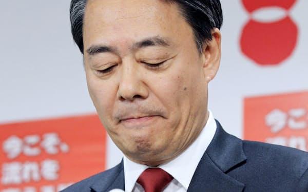 代表辞任を表明する民主党の海江田氏(15日、民主党本部)