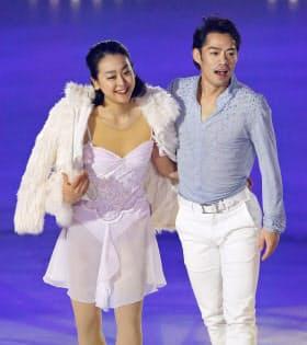 アイスショーで、ペアを組んで演技した浅田真央(左)と高橋大輔(21日、新横浜スケートセンター)=共同