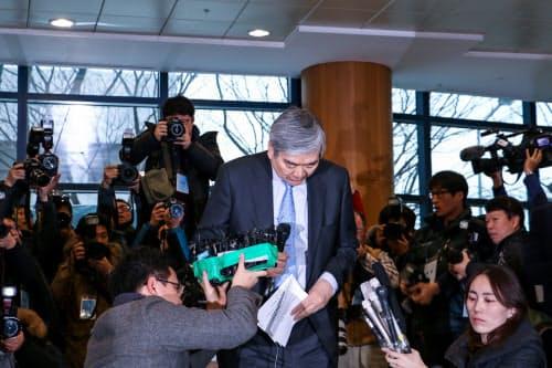 大韓航空本社で記者会見する韓進グループの趙亮鎬会長(12日、ソウル市)