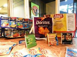 お菓子などのパッケージからつくるバッグやメモ帳はデザインも人気