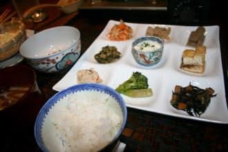 地元の食材を少しずつ食べられる里山十帖の朝食。味噌汁は鍋で自ら作る。