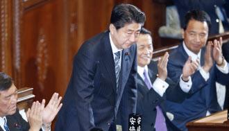 衆院本会議で首相に指名され、一礼する安倍首相(24日午後)