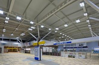 旗艦の所沢駅(埼玉県所沢市)は従来の駅舎に比べ50%以上の節電を実現した(写真はコンコース改札口)