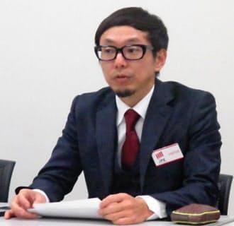 記者会見するカヤックの柳沢大輔最高経営責任者(CEO)(25日・東証)