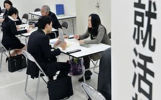 企業は、若者の期待に応じているのだろうか(合同就職面接会で就職活動について相談する大学生ら、東京都新宿区)