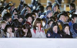 新年への願いを込めて手を合わせる人たち(1日未明、東京・明治神宮)