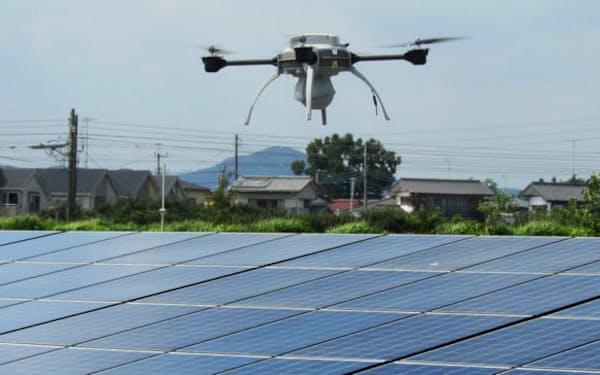 太陽光パネルを点検するALSOKのドローン