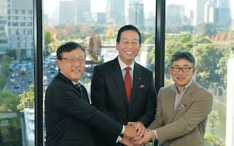 対談後に握手する(右から)ネスレ日本の高岡浩三社長、資生堂の魚谷雅彦社長、キリンビバレッジの佐藤章社長