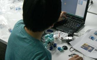 ロボットの動きを確認しながら、プログラムを仕上げていく
