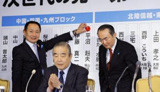 衆院選の開票状況を見守る園田氏=中央(2014年12月14日、東京都内のホテル)=共同