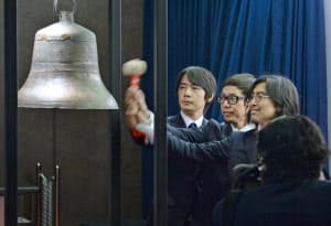 新規上場し鐘を打つカヤックの柳沢CEO(中)ら(12月25日午後、東証)