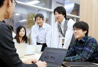 ネットによる健康指導に奮闘する溝口社長(中央)、みずほ銀行出身の乗松副社長(左)、ITに精通する南野CTO(右)
