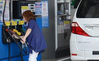 ガソリンの値下がりなどが家計の負担を和らげる(東京都世田谷区のガソリンスタンド)