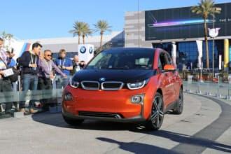 独BMWは腕時計型のウエアラブル端末で自動運転車を呼び出すデモを公開した(7日、米ラスベガス)