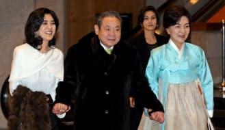 昨年1月9日、自身の誕生を祝うグループ企業幹部との晩さん会に出席した李健熙氏(中央、ソウル市)=聯合