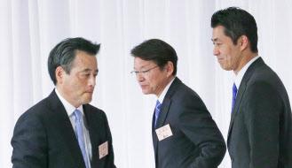 党員・サポーター票では、予想外に岡田氏(左)が細野氏(右)を上回った(18日午後、東京都千代田区)