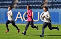練習を公開したロッテの(左から)藤岡、唐川、益田(20日、QVC)=共同