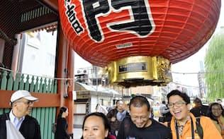 東京・浅草の浅草寺を訪れた外国人観光客