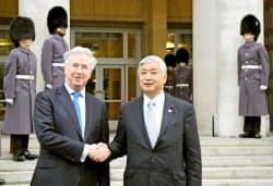 ロンドンの英国防省で中谷防衛相(右)を出迎えたファロン英国防相(21日)=共同