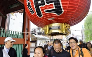 2014年に日本を訪れた外国人は前年比3割増の1341万人となった(14年10月、東京・浅草)=共同