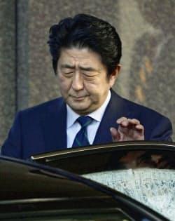 NHK番組の出演を終え、車に乗り込む安倍首相(25日午前、東京都千代田区)=共同
