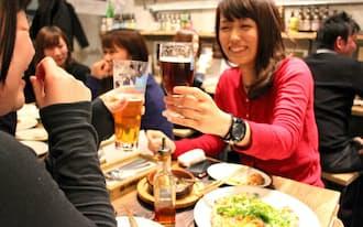 クラフトビールを扱う店は連日、にぎわっている(東京・千代田のクラフトビアマーケット淡路町店)