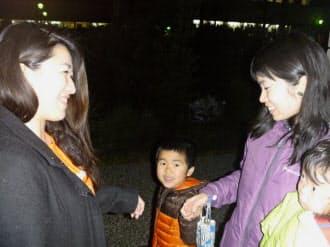 槇本さん((右)から2番目)は「子育てシェア」を利用し、保育園からピアノ教室への送迎を鈴木さんに(左)に頼んでいる