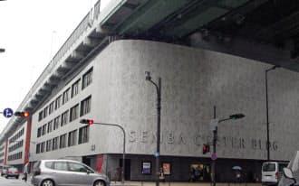 船場センタービルは建物の上に高架道路が載る世界でも類を見ない構造物だ
