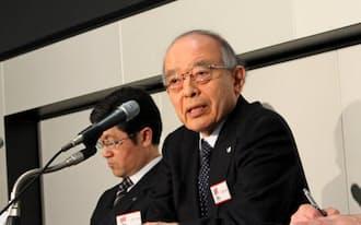 2014年12月期決算を発表するキヤノンの田中稔三副社長(28日、東証)