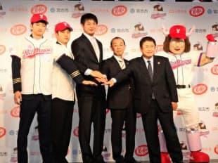 球団発足を祝う岩隈GM(左から3人目)、望月オーナー(同4人目)ら