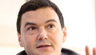 Thomas Piketty フランスの経済学者。所得や資本の分配と格差の動向を巨視的に分析した「21世紀の資本」の著者。700ページを超える大著ながら、巧みな筆致で読者をとらえ、世界中で150万部を超えるベストセラーに。仏紙の時評をまとめた「トマ・ピケティの新・資本論」も出版。  仏社会科学高等研究院で経済学を修め、博士号を取得後に米マサチューセッツ工科大学で教える。仏帰国後、経済を歴史的な政治・社会変動と関連づけ、分析することを目指している。  政治的にはリベラルだが、単に格差是正を訴えるのではなく、その手法は徹底した実証主義。税や相続の膨大な原データを実に3世紀にわたって分析し、事実をもって説得する。43歳