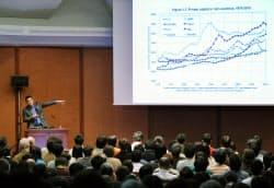膨大な過去データをもとに作製したグラフを使って講義するピケティ教授(31日午後、東京・本郷)