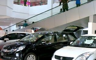 インドネシアで人気のホンダの小型ミニバン「モビリオ」(中央の黒い車)