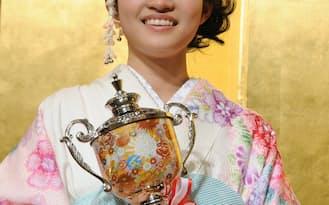 16歳の藤沢里菜二段は女流本因坊を獲得し、早くも二冠となった(1月27日、東京都内)