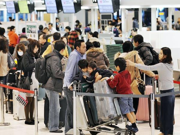 出張や旅行で海外を訪れる日本人向けに、連絡先などを事前登録するシステムも強化する(成田空港)