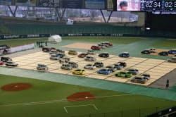 本物の自動車を将棋の駒に見立てて行われた「リアル車将棋」の対局風景(8日、西武ドーム)