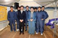 豊島七段(前列中央)チーム。トヨタのテストドライバーたちが車を運転した