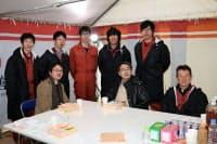 昼食休憩中の羽生王座(前列中央)チーム。車は早稲田大学自動車部員が操作した