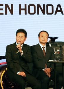 シーズン開幕を前に抱負を語るホンダの新井康久F1総責任者。右は伊東社長(10日、東京都港区)