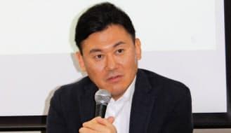 記者会見する楽天の三木谷浩史会長兼社長(12日、東京都品川区)