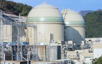 関電の高浜原発3号機(手前)と4号機(2014年11月、福井県高浜町)