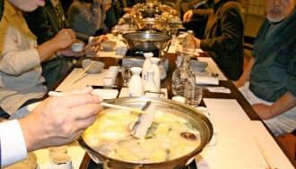 かす汁鍋にはサケを入れるのが一般的(神戸酒心館の料亭「さかばやし」)