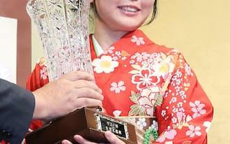 就位式で、優勝杯を授与される加藤女流王座(13日、東京都千代田区)