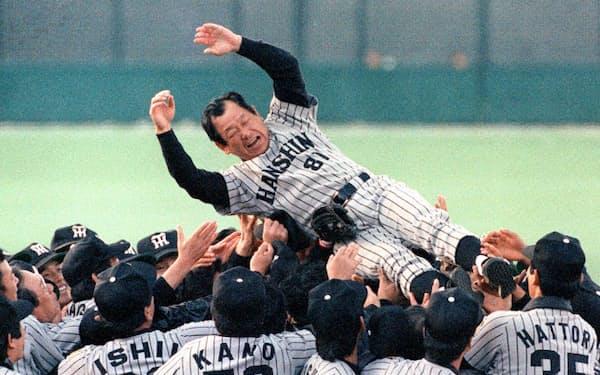日本一を決めナインに胴上げされる吉田監督(1985年11月)