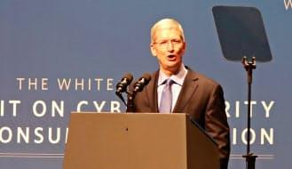 サイバーセキュリティーサミットで講演する米アップルのティム・クックCEO(13日、米スタンフォード大学)