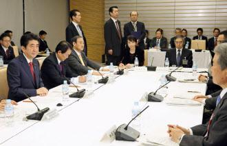12日、首相官邸で開かれた経済財政諮問会議=共同